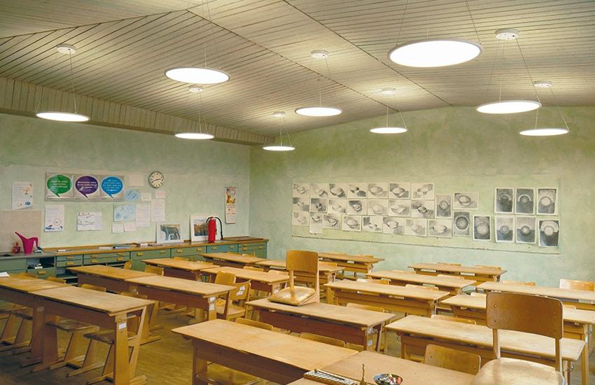 KLAS NETWORKS - Klassenzimmerbeleuchtung mit nach oben und nach unten abstrahlenden LED Panels